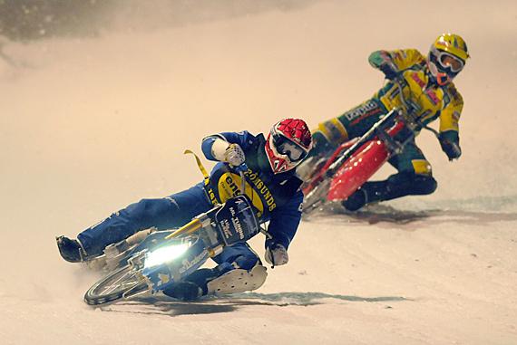 På lördag den 7 januari försvarar P-A Lindström (närmast) och Robert Henderson Hammarbys färger i elitseriepremiären i Örnsköldsvik. Foto: Per Gustavsson Race MC-sport.